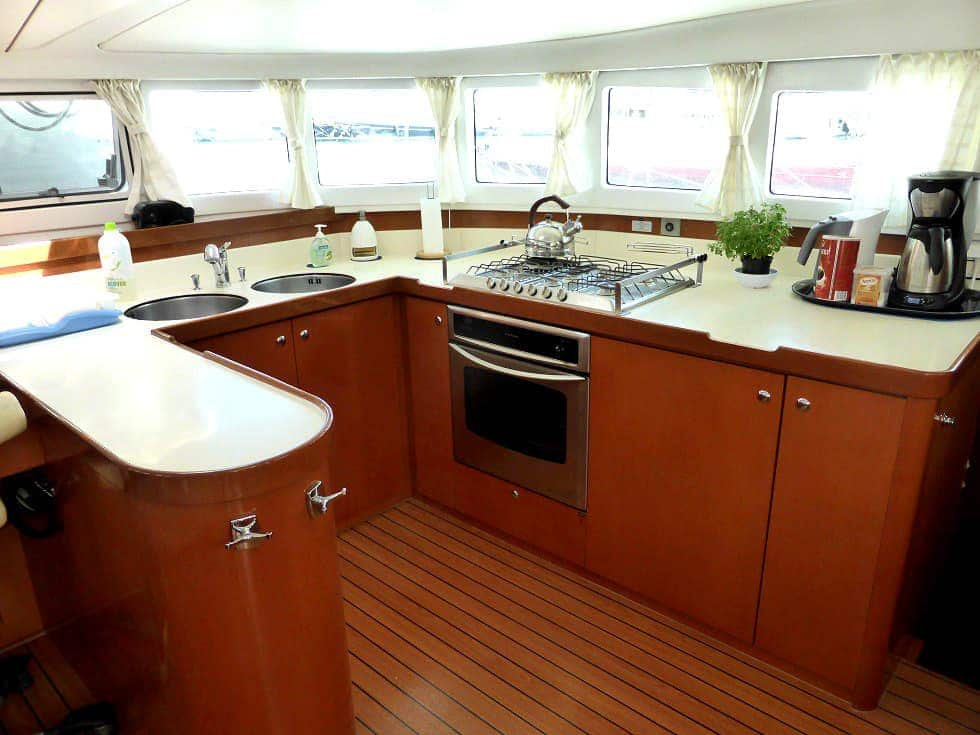 Catamaran-Lagoon-570-kitchen